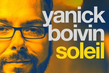 Yanick Boivin laisse la batterie  et prend le micro pour lancer l'extrait «Soleil»