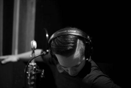 St.Mars propose l'extrait radio Vendu et son mini-album J'étais un chêne.