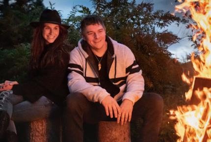 Alex et Caro lancent «Feu de camp», une couleur pop aux racines country
