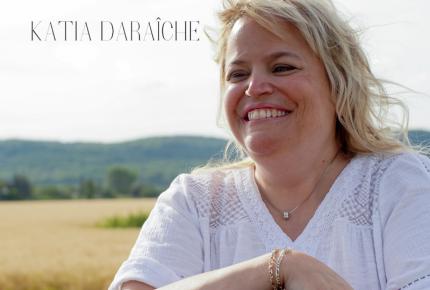Katia Daraîche nous emmène direction les portes du bonheur  Avec sa nouvelle chanson «Donne-moi la main».